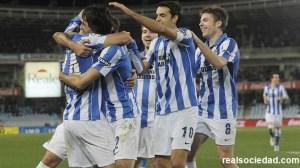 Los jugadores de la Real celebran un gol